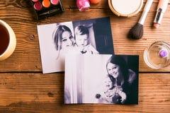 Σύνθεση ημέρας μητέρων Οικογενειακές φωτογραφίες και προϊόντα ομορφιάς Στοκ φωτογραφίες με δικαίωμα ελεύθερης χρήσης