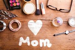 Σύνθεση ημέρας μητέρων Προϊόντα ομορφιάς στον πίνακα όμορφες νεολαίες γυναικών στούντιο ζευγών χορεύοντας καλυμμένες Στοκ Φωτογραφίες