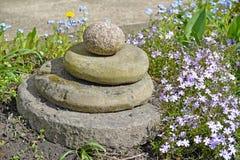 Σύνθεση κήπων από τις πέτρες υπό μορφή πυραμίδας Στοκ φωτογραφίες με δικαίωμα ελεύθερης χρήσης