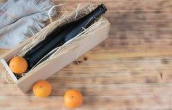 Σύνθεση κινεζικής γλώσσας, ένα μπουκάλι της σαμπάνιας στην ξύλινη χλεύη υποβάθρου επάνω διάστημα αντιγράφων στοκ φωτογραφία
