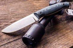 Σύνθεση κυνηγιού Μαχαίρι κυνηγιού και οπτική θέα Στοκ εικόνα με δικαίωμα ελεύθερης χρήσης