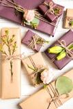Σύνθεση λουλουδιών Λουλούδια και δώρα στο άσπρο υπόβαθρο Επίπεδος βάλτε, τοπ άποψη στοκ εικόνες με δικαίωμα ελεύθερης χρήσης