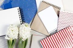 Σύνθεση λουλουδιών με τους άσπρους υάκινθους με το σημειωματάριο η ανασκόπηση ανθίζει το διανυσματικό λευκό άνοιξη απεικόνισης 2  Στοκ Φωτογραφία
