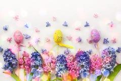 Σύνθεση λουλουδιών με τους υάκινθους και τα αυγά Πάσχας Στοκ Εικόνες