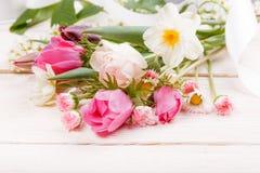 Σύνθεση λουλουδιών Πλαίσιο φιαγμένο από άσπρα λουλούδια στο άσπρο υπόβαθρο βαλεντίνος ημέρας s Επίπεδος βάλτε, τοπ άποψη Στοκ φωτογραφία με δικαίωμα ελεύθερης χρήσης