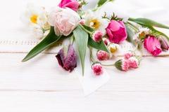 Σύνθεση λουλουδιών Πλαίσιο φιαγμένο από άσπρα λουλούδια στο άσπρο υπόβαθρο Valentine&#x27 ημέρα του s Επίπεδος βάλτε, τοπ άποψη Στοκ φωτογραφία με δικαίωμα ελεύθερης χρήσης