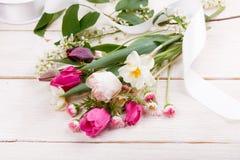Σύνθεση λουλουδιών Πλαίσιο φιαγμένο από άσπρα λουλούδια στο άσπρο υπόβαθρο Valentine&#x27 ημέρα του s Επίπεδος βάλτε, τοπ άποψη Στοκ εικόνα με δικαίωμα ελεύθερης χρήσης