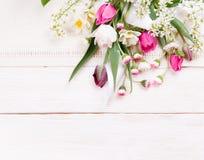 Σύνθεση λουλουδιών Πλαίσιο φιαγμένο από άσπρα λουλούδια στο άσπρο υπόβαθρο Valentine& x27 ημέρα του s Επίπεδος βάλτε, τοπ άποψη Στοκ φωτογραφία με δικαίωμα ελεύθερης χρήσης