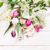 Σύνθεση λουλουδιών Πλαίσιο φιαγμένο από άσπρα λουλούδια στο άσπρο υπόβαθρο Valentine&#x27 ημέρα του s Επίπεδος βάλτε, τοπ άποψη Στοκ Εικόνα