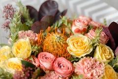 Σύνθεση λουλουδιών σε ένα γκρίζο υπόβαθρο Γάμος και εορταστικό ντεκόρ Ανθοδέσμη από τα λουλούδια άνοιξη closeup Στοκ Φωτογραφίες