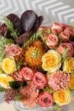 Σύνθεση λουλουδιών σε ένα γκρίζο υπόβαθρο Γάμος και εορταστικό ντεκόρ Ανθοδέσμη από τα λουλούδια άνοιξη closeup Στοκ φωτογραφία με δικαίωμα ελεύθερης χρήσης