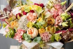 Σύνθεση λουλουδιών σε ένα γκρίζο υπόβαθρο Γάμος και εορταστικό ντεκόρ Ανθοδέσμη από τα λουλούδια άνοιξη closeup Στοκ Εικόνες