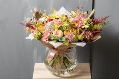 Σύνθεση λουλουδιών σε ένα γκρίζο υπόβαθρο Γάμος και εορταστικό ντεκόρ Ανθοδέσμη από τα λουλούδια άνοιξη διάστημα αντιγράφων Στοκ Εικόνα