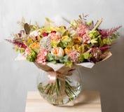 Σύνθεση λουλουδιών σε ένα γκρίζο υπόβαθρο Γάμος και εορταστικό ντεκόρ Ανθοδέσμη από τα λουλούδια άνοιξη Στοκ Εικόνες