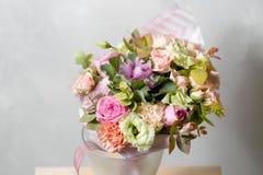 Σύνθεση λουλουδιών σε ένα γκρίζο υπόβαθρο Γάμος και εορταστικό ντεκόρ Ανθοδέσμη από τα λουλούδια άνοιξη διάστημα αντιγράφων Στοκ Φωτογραφίες