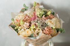 Σύνθεση λουλουδιών σε ένα γκρίζο υπόβαθρο Γάμος και εορταστικό ντεκόρ Ανθοδέσμη από τα λουλούδια άνοιξη διάστημα αντιγράφων Στοκ εικόνα με δικαίωμα ελεύθερης χρήσης