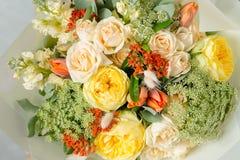 Σύνθεση λουλουδιών σε ένα γκρίζο υπόβαθρο Γάμος και εορταστικό ντεκόρ Ανθοδέσμη από τα λουλούδια άνοιξη διάστημα αντιγράφων Στοκ εικόνες με δικαίωμα ελεύθερης χρήσης