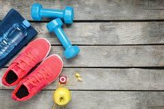 Σύνθεση με τα αθλητικά παπούτσια στο ξύλινο υπόβαθρο στοκ εικόνα με δικαίωμα ελεύθερης χρήσης