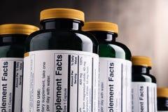 Σύνθεση με τα διαιτητικά εμπορευματοκιβώτια συμπληρωμάτων Χάπια φαρμάκων Στοκ Φωτογραφία