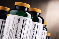 Σύνθεση με τα διαιτητικά εμπορευματοκιβώτια συμπληρωμάτων Χάπια φαρμάκων Στοκ Εικόνα