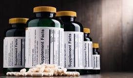 Σύνθεση με τα διαιτητικά εμπορευματοκιβώτια συμπληρωμάτων Χάπια φαρμάκων Στοκ εικόνες με δικαίωμα ελεύθερης χρήσης