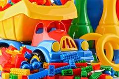 Σύνθεση με τα ζωηρόχρωμα πλαστικά παιχνίδια παιδιών Στοκ φωτογραφία με δικαίωμα ελεύθερης χρήσης
