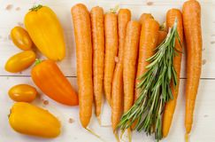 Σύνθεση με τα καρότα και άλλα λαχανικά στοκ φωτογραφία με δικαίωμα ελεύθερης χρήσης