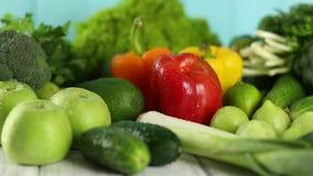 Σύνθεση με τα οργανικά λαχανικά στον ξύλινο πίνακα απόθεμα βίντεο