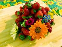 σύνθεση με τα λουλούδια και τα φρούτα Στοκ Εικόνα