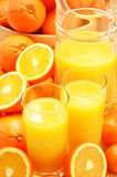Σύνθεση με τα ποτήρια του χυμού από πορτοκάλι και των φρούτων Στοκ Εικόνα