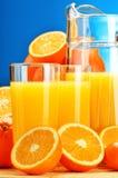Σύνθεση με τα ποτήρια του χυμού από πορτοκάλι και των φρούτων Στοκ εικόνες με δικαίωμα ελεύθερης χρήσης