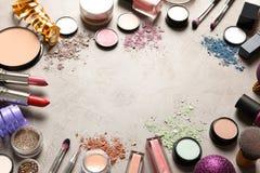 Σύνθεση με τα προϊόντα makeup και το ντεκόρ Χριστουγέννων στον πίνακα στοκ εικόνα με δικαίωμα ελεύθερης χρήσης