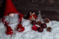 Σύνθεση με τα Χριστούγεννα που διακοσμούνται και νάνος Χριστουγέννων στο αγροτικό wo Στοκ Εικόνες