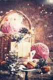 Σύνθεση με τα δώρα Χριστουγέννων, κιβώτιο, καλάθι, κώνοι πεύκων Συρμένο χιόνι Στοκ φωτογραφία με δικαίωμα ελεύθερης χρήσης
