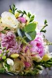 Σύνθεση με την ανθοδέσμη πρόσφατα των λουλουδιών περικοπών Στοκ φωτογραφίες με δικαίωμα ελεύθερης χρήσης