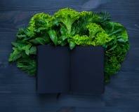 Σύνθεση με τη σαλάτα και το σημειωματάριο Στοκ φωτογραφία με δικαίωμα ελεύθερης χρήσης