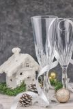 Σύνθεση με τις διακοσμήσεις Χριστουγέννων Κενά γυαλιά σαμπάνιας νέο έτος, επιτραπέζιο θέμα η οριζόντια άποψη, κλείνει - επάνω Χρι στοκ φωτογραφίες