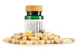 Σύνθεση με τις διαιτητικές κάψες συμπληρωμάτων. Χάπια φαρμάκων στοκ φωτογραφία με δικαίωμα ελεύθερης χρήσης