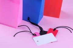 Σύνθεση με τις συσκευασίες για τις αγορές και τις διαφορετικές τιμές η έννοια της μαύρης Παρασκευής στοκ φωτογραφία με δικαίωμα ελεύθερης χρήσης