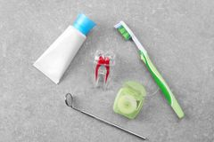 Σύνθεση με τον οδοντικό καθρέφτη και καθορισμένος για τα δόντια Στοκ Εικόνες