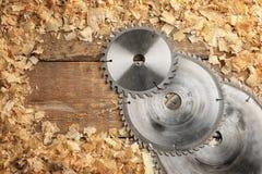 Σύνθεση με τους δίσκους κυκλικός-πριονιών ξυλουργών ` s και τη σκόνη πριονιών στοκ φωτογραφία με δικαίωμα ελεύθερης χρήσης