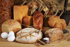 Σύνθεση με το διάφορο ψωμί σίκαλης στοκ φωτογραφίες