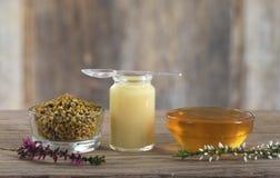 Σύνθεση με το διαιτητικό συμπλήρωμα - οργανικό προϊόν μελισσών μελιού στοκ εικόνα