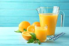 Σύνθεση με το φρέσκους χυμό και τα πορτοκάλια Στοκ Φωτογραφία