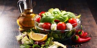 Σύνθεση με το φυτικό κύπελλο σαλάτας ισορροπημένο σιτηρέσιο Στοκ φωτογραφίες με δικαίωμα ελεύθερης χρήσης
