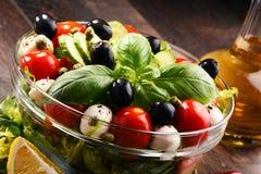 Σύνθεση με το φυτικό κύπελλο σαλάτας ισορροπημένο σιτηρέσιο Στοκ φωτογραφία με δικαίωμα ελεύθερης χρήσης