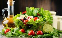 Σύνθεση με το φυτικό κύπελλο σαλάτας ισορροπημένο σιτηρέσιο Στοκ Φωτογραφία