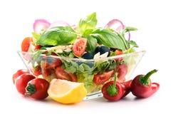 Σύνθεση με το φυτικό κύπελλο σαλάτας ισορροπημένο σιτηρέσιο Στοκ εικόνες με δικαίωμα ελεύθερης χρήσης