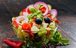 Σύνθεση με το φυτικό κύπελλο σαλάτας ισορροπημένο σιτηρέσιο Στοκ Φωτογραφίες