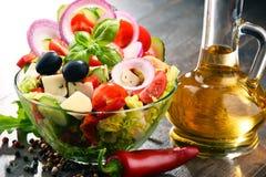 Σύνθεση με το φυτικό κύπελλο σαλάτας ισορροπημένο σιτηρέσιο Στοκ Εικόνα